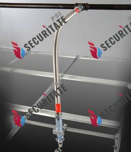 Racord flexibil conectare cap sprinklere 1/2″ cu capul in jos. Acest tip de racord se foloseste in spatiile unde exista tavan falas (gips-carton sau casetat) pentru o fixare optima si o aliniere estetica de precizie si contine tije de fixare in structura metalica a tavanului. Presiunea maxima la care poate lucra este de pana la 14 bar.