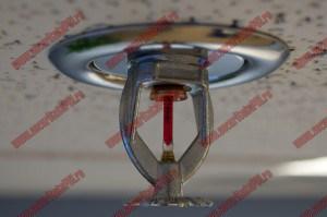 SPRINKLER : este un dispozitiv sensibil la caldura conceput sa reactioneze la o temperatura prestabilita, prin eliberarea automata a unui flux de apa, imprastiindu-l uniform la nivelul solului. Orice tip de sprinkler este destinat echiparii instalatiilor fixe automate de stins incendii, avand rolul de a detecta focarul de incendiu. Rolul unui sprinkler este de a da alarma si de a stinge sau acoperi acest focar pentru ca stingerea lui sa se poata realiza cu ajutorul mijloacelor de protectie ale cladirii sau de catre pompieri, limitand astfel pierderile materiale.Aceste sprinklere sunt executate in conformitate cu directivele si standardele comunitatii europene: 89/106/CEE– EN 12259-1